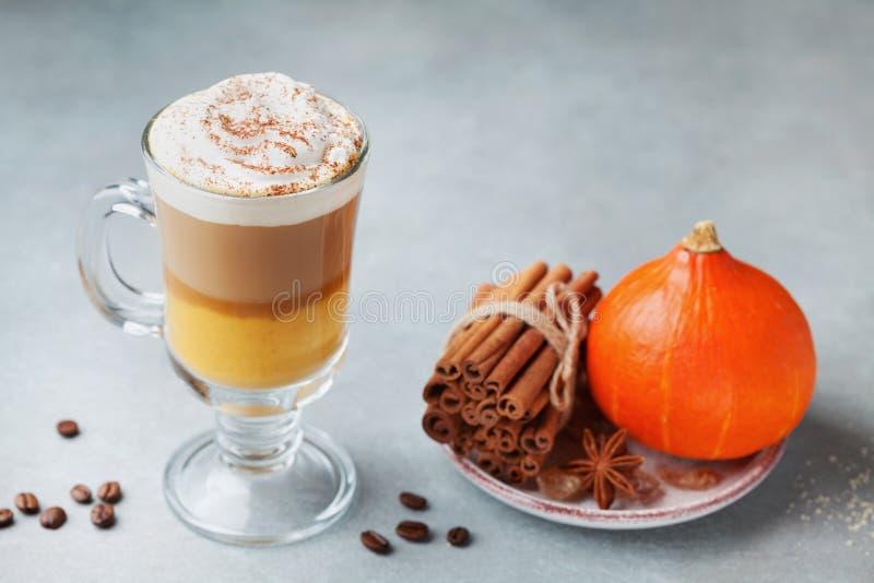 Gekruide pompoen latte of koffie in glas De herfst, dalings of de winter hete drank stock foto's