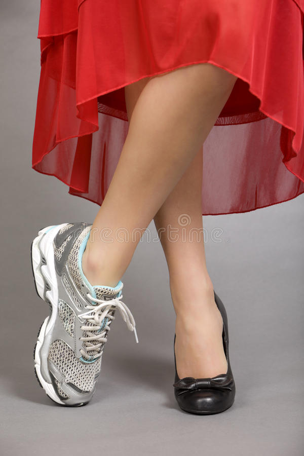 Gekruiste benen van een mooie vrouw stock foto