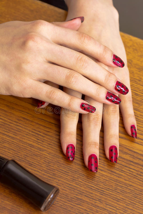 Gekruiste vrouwelijke handen met decoratieve manicure stock afbeelding