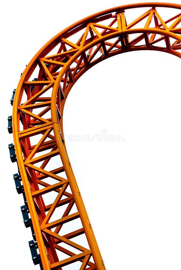Gekurvt von der orange Achterbahnbahn im Abschluss oben lokalisiert auf wei?em Hintergrund lizenzfreie stockfotografie