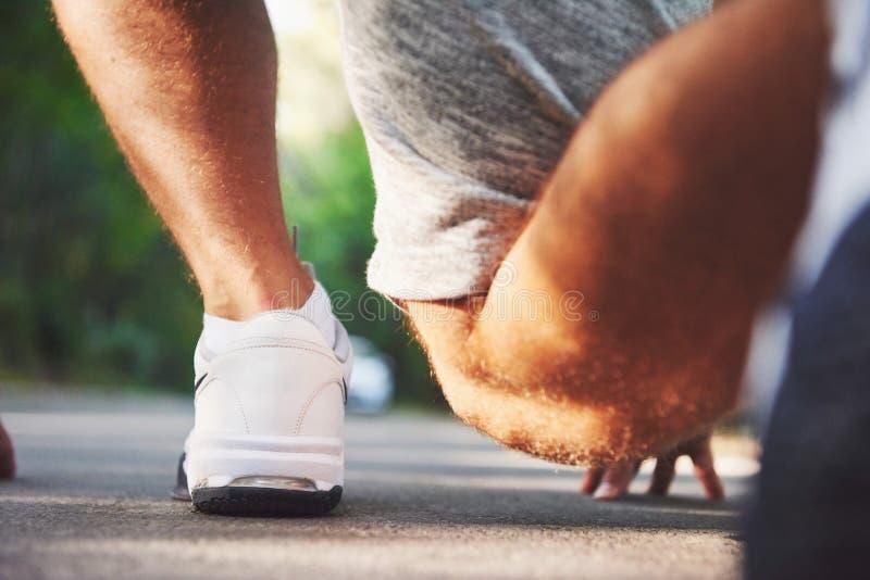 Geländelauf im Freien im Sommersonnenscheinkonzept für das Trainieren, Eignung und gesunden Lebensstil Schließen Sie oben von den lizenzfreie stockbilder