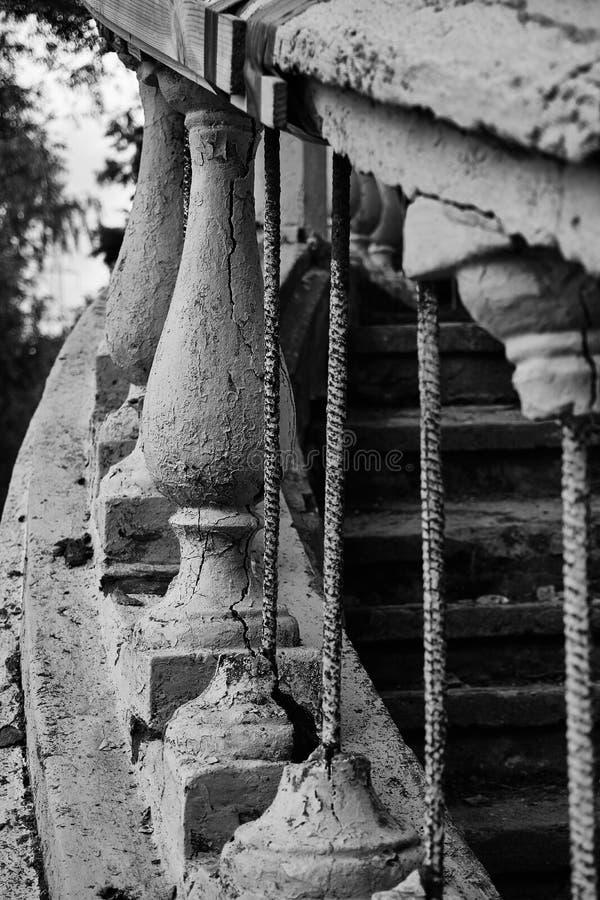 Geländer im verlassenen Buiding lizenzfreie stockfotografie