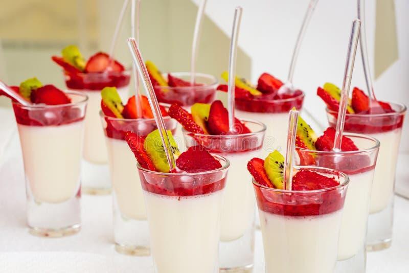 Gelé med jordgubbar och kiwin Utsökt efterrätt för holien royaltyfria foton