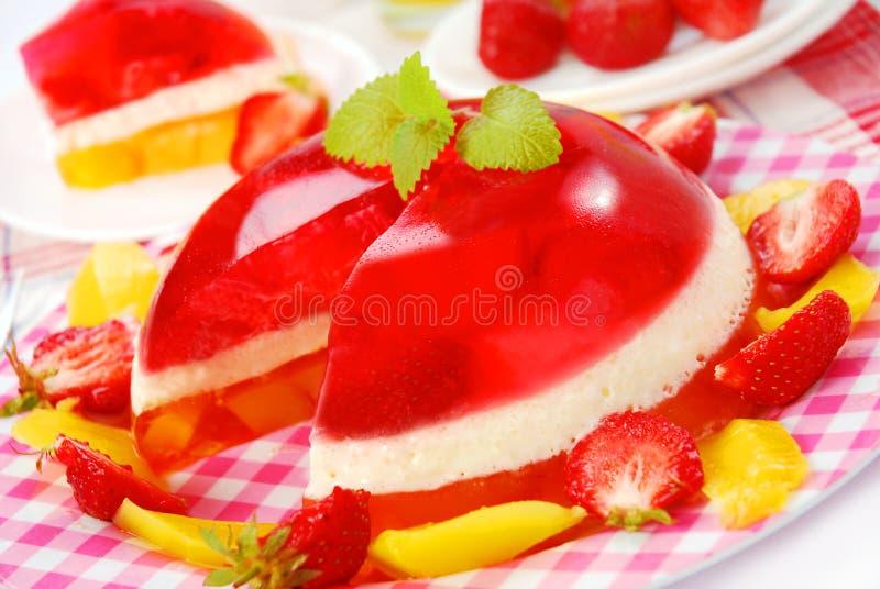 Gelée de mangue et de fraise dans la cuvette ronde images libres de droits