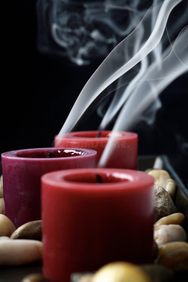Gelöschte Kerzen in der Dunkelheit. lizenzfreies stockbild
