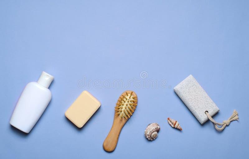 Gel d'articles concept, de savon, de shampooing ou de douche de Bath, brosse de cheveux, pierre ponce, vue supérieure image libre de droits