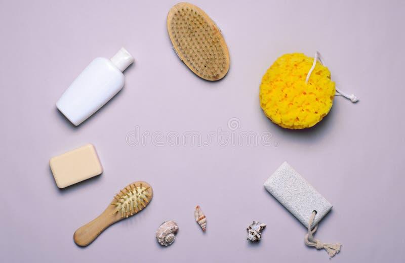 Gel de concept, d'éponge, de shampooing ou de douche d'articles de Bath, brosse de cheveux, pierre ponce, vue supérieure images stock