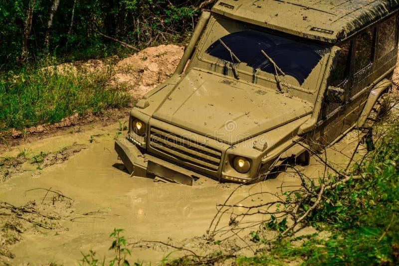 Gel?ndefahrzeug geht auf Gebirgsweise Reifen in Vorbereitung auf Rennen Safari suv Des Jeeps Abenteuer drau?en Mudding ist stockfoto