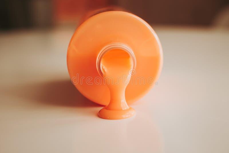 Gel orange de la bouteille photographie stock