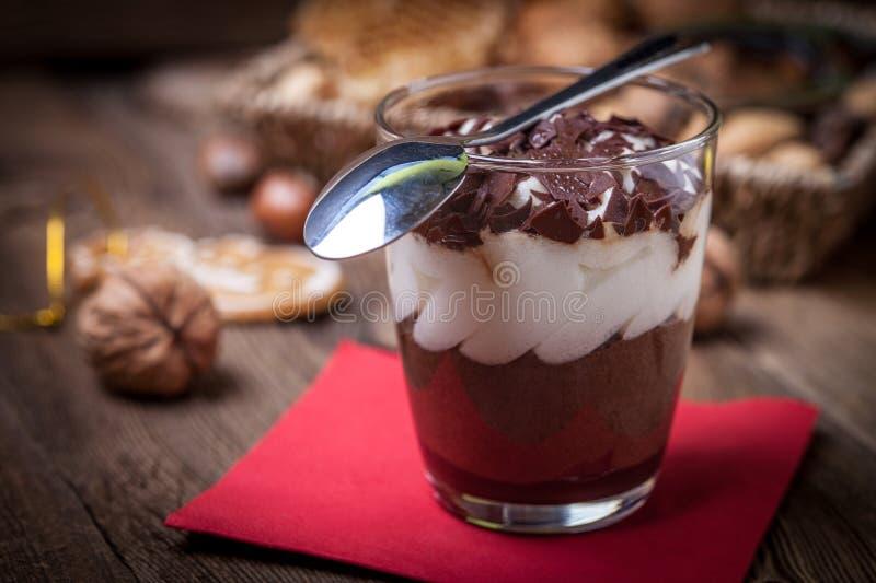 Gelaagd dessert in een glas op een houten lijst stock foto's