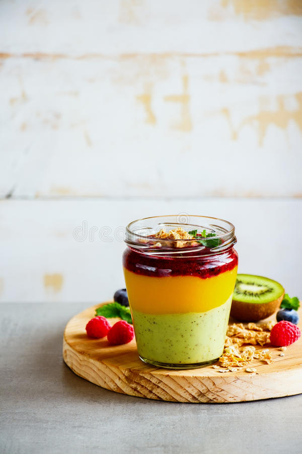 Gelaagd fruit smoothie stock foto
