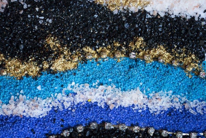 Gelaagd kleurrijk zandpatroon Marmeren stijlachtergrond Blauwe en gouden poedertextuur stock foto