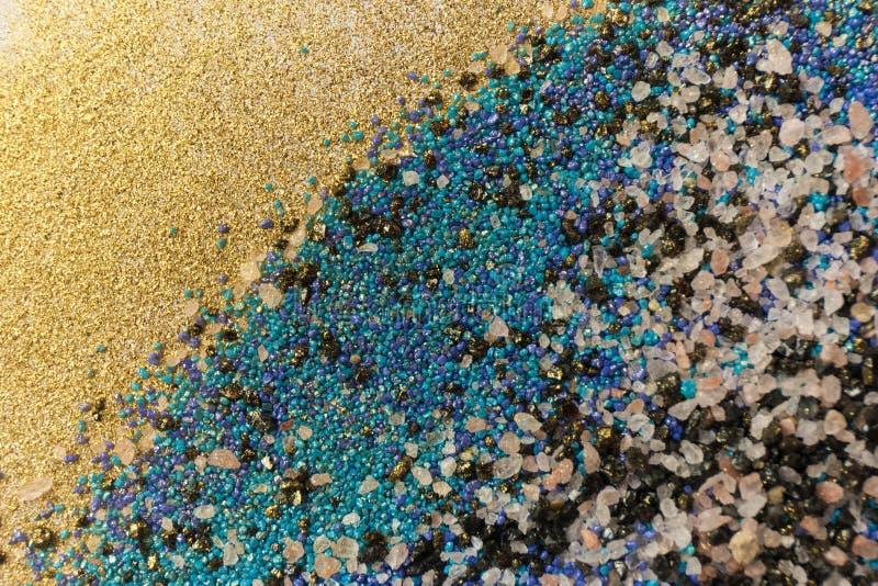 Gelaagd kleurrijk zandpatroon Marmeren stijlachtergrond Blauwe en gouden poedertextuur stock afbeeldingen