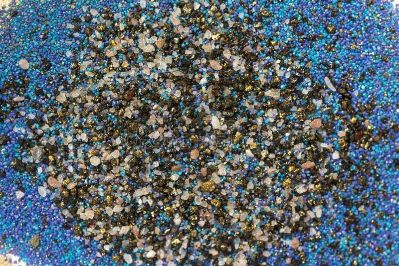 Gelaagd kleurrijk zandpatroon Marmeren stijlachtergrond Blauwe en gouden poedertextuur royalty-vrije stock foto