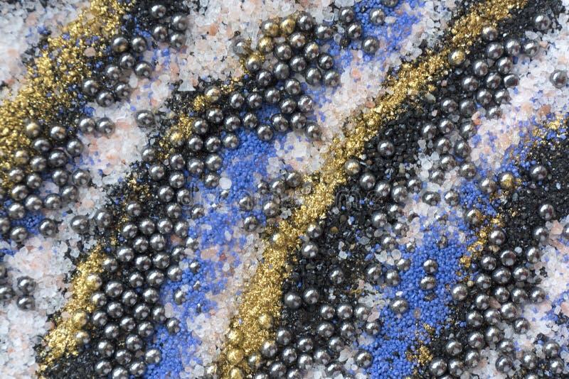 Gelaagd kleurrijk zandpatroon Marmeren stijlachtergrond Blauwe en gouden poedertextuur royalty-vrije stock afbeeldingen