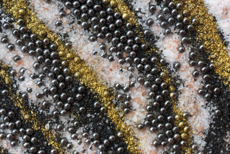 Gelaagd kleurrijk zandpatroon Marmeren stijlachtergrond Zwarte en gouden poedertextuur royalty-vrije stock foto's