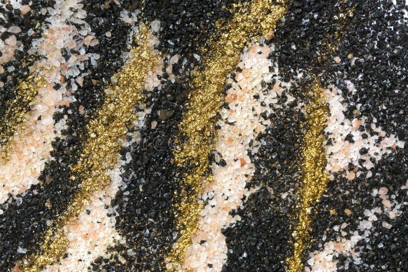 Gelaagd kleurrijk zandpatroon Marmeren stijlachtergrond Zwarte, witte en gouden poedertextuur stock fotografie