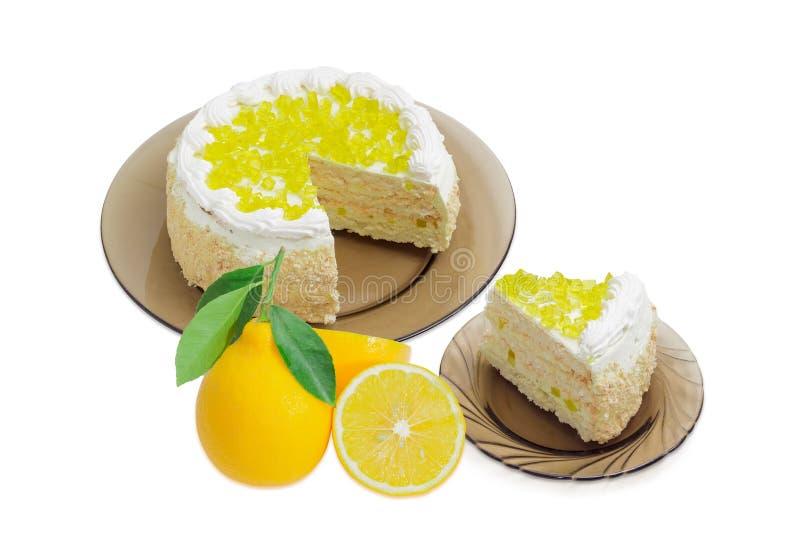 Gelaagde cake met citroengelei op glasschotels en citroenen stock fotografie