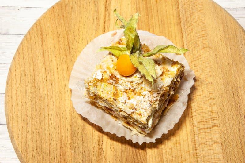 Gelaagde cake met de vanilleplak van roomnapoleon op houten achtergrond, hoogste mening royalty-vrije stock foto