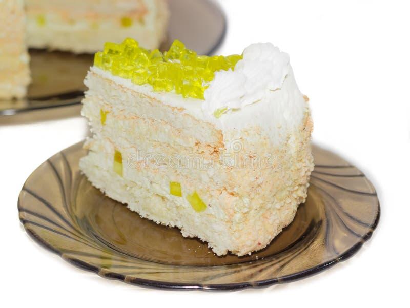 Gelaagde cake met plakken van citroengelei op glasschotel royalty-vrije stock foto's