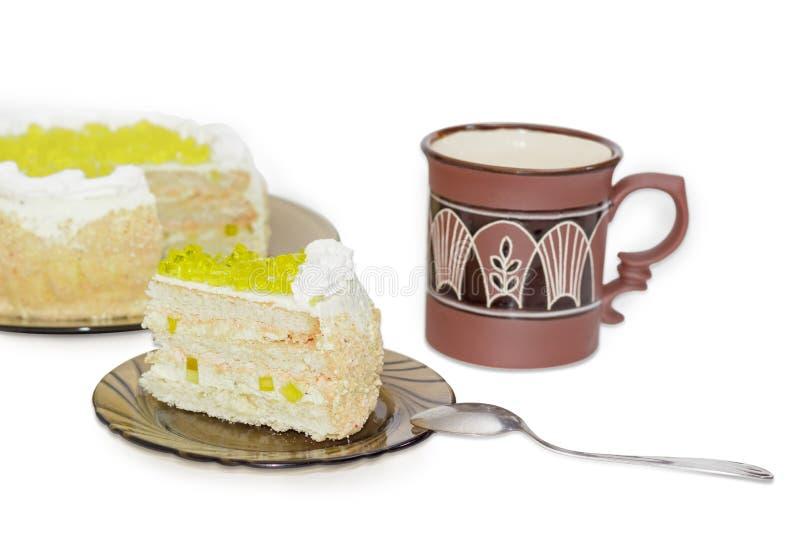 Gelaagde cake met plakken van citroengelei op glasschotel stock afbeelding