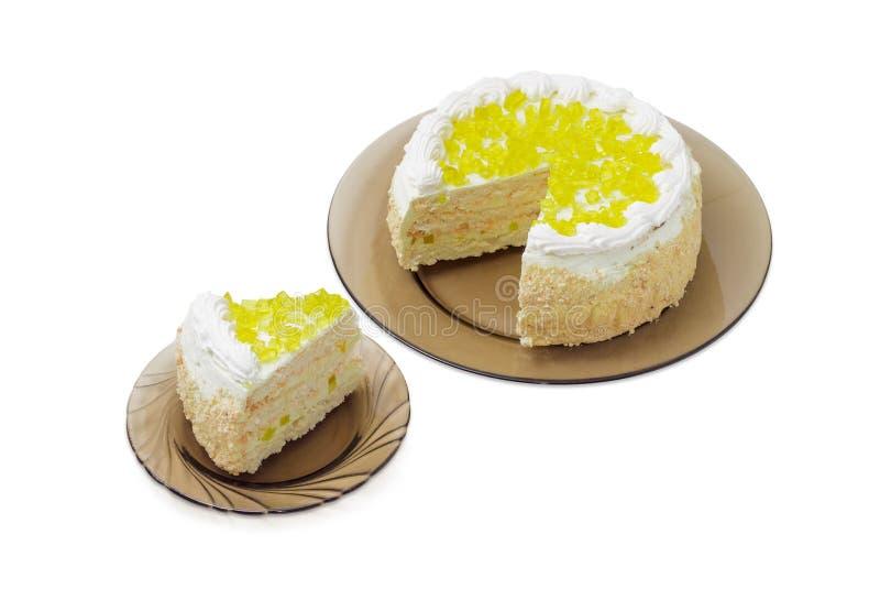 Gelaagde cake met plakken van citroengelei op glasschotels royalty-vrije stock afbeelding