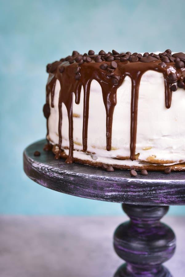 Gelaagde cake met room het vullen en chocoladebovenste laagje stock fotografie