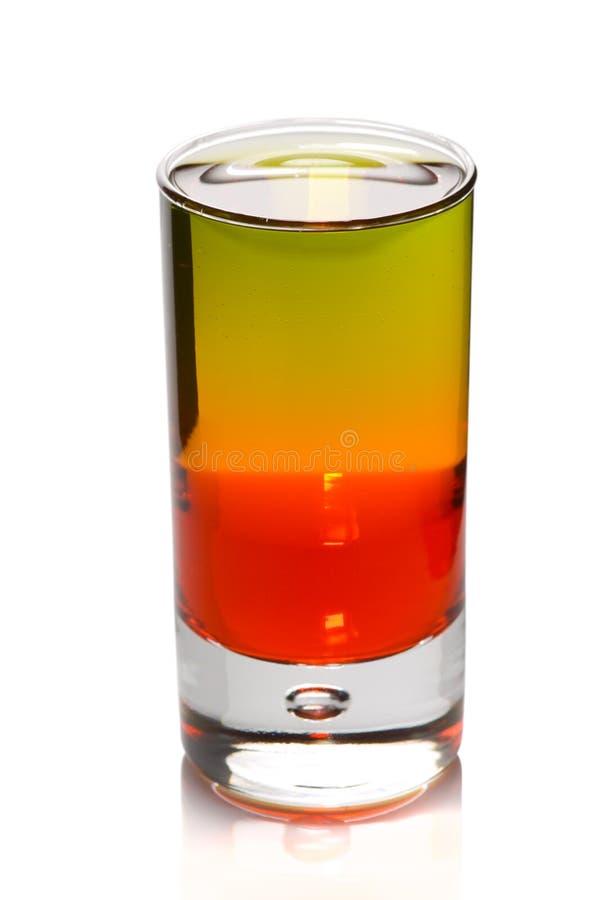 Gelaagde cocktail in ontsproten geïsoleerdr glas royalty-vrije stock afbeelding