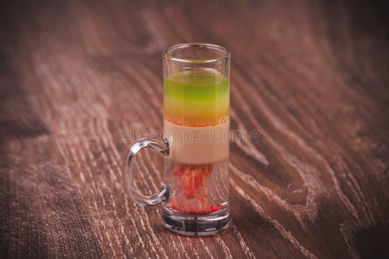 Gelaagde geschotene cocktail met alcohol stock foto