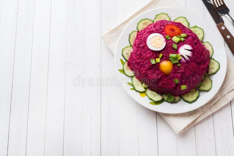 Gelaagde salade met haringen en bieten, wortelen en aardappels en eierenclose-up op een plaat Horizontale exemplaarruimte royalty-vrije stock foto's