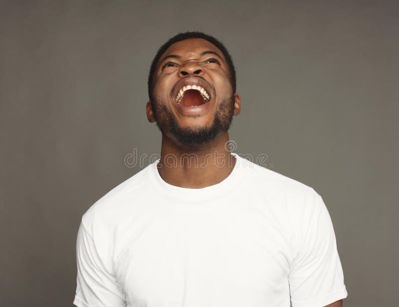 Gelaatsuitdrukking, emoties, het vriendschappelijke zwarte mens lachen stock afbeeldingen