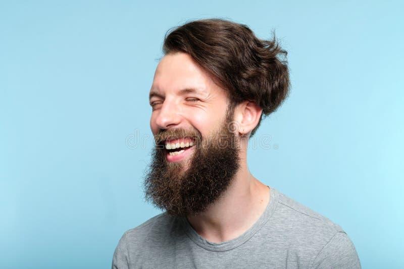 Gelaatsuitdrukking gelukkige blije glimlachende hipster mens stock afbeeldingen