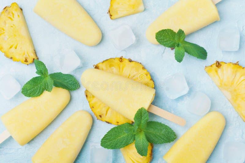Gelado caseiro do abacaxi ou opinião superior dos picolés Doces de refrescamento do verão Polpa congelada do fruto fotografia de stock