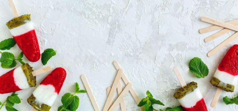 Gelado com fruto, iogurte e os ramos verdes da hortelã imagem de stock royalty free