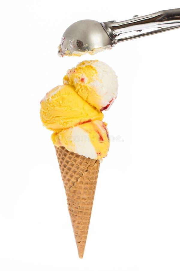 Gelado: Cone de gelado com a colher do gelado fotos de stock