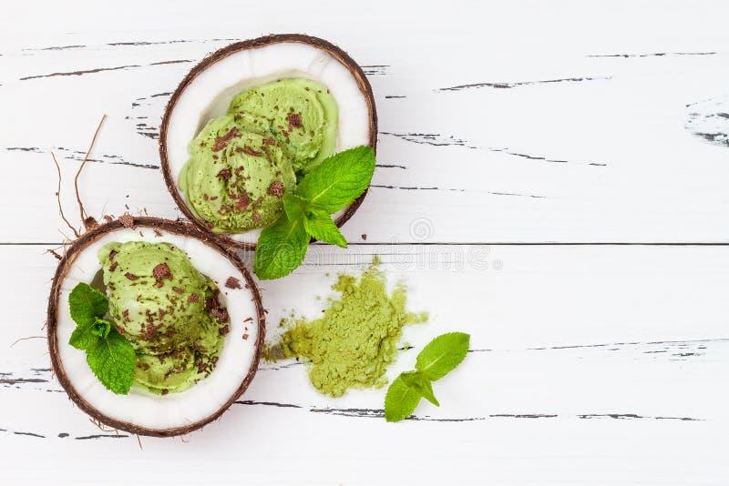 Gelado da hortelã do matcha do chá verde com leite do chocolate e de coco imagens de stock royalty free