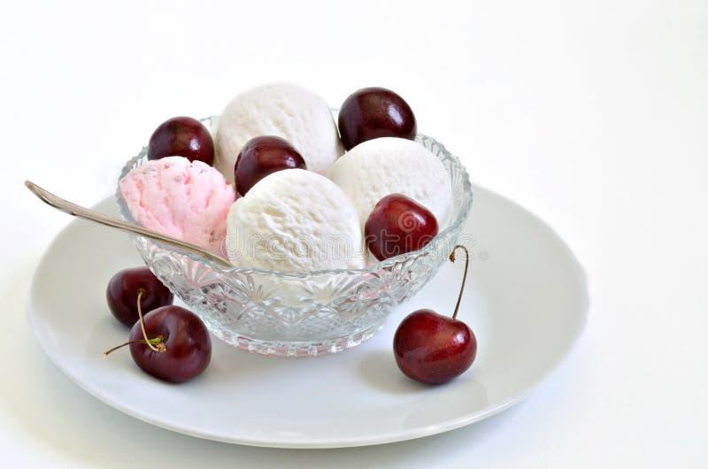 Gelado de baunilha e da cereja gelado com cerejas frescas imagens de stock royalty free