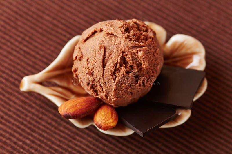 Gelado de chocolate com amêndoas foto de stock