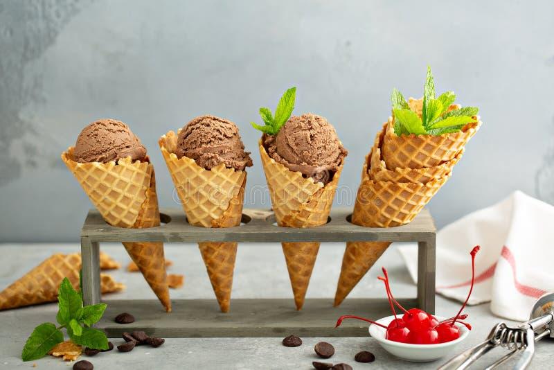 Gelado de chocolate em cones do waffle fotos de stock