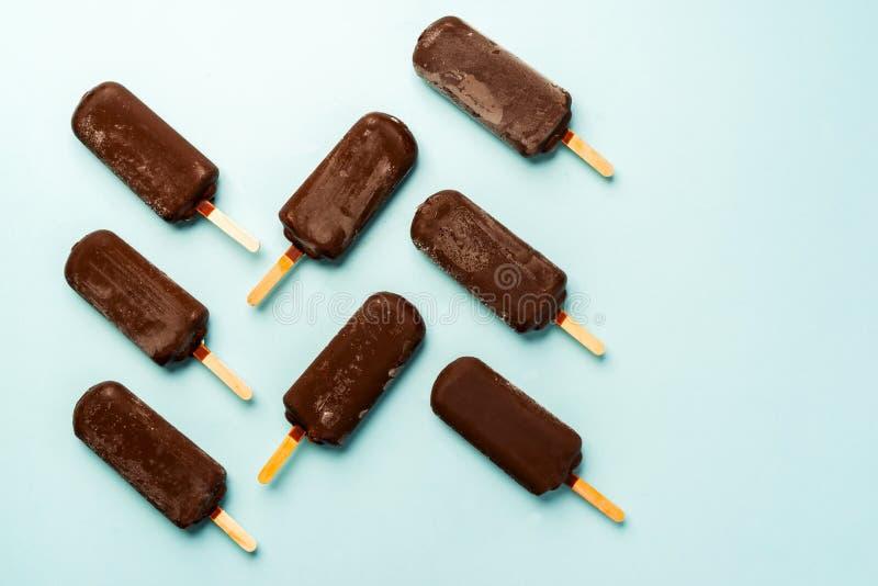 Gelado de chocolate em um claro - fundo azul imagem de stock