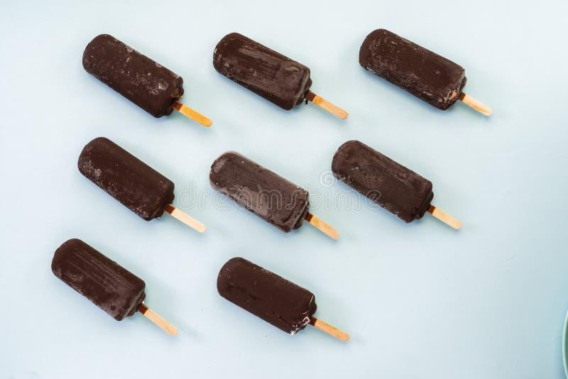 Gelado de chocolate em um claro - fundo azul fotos de stock royalty free