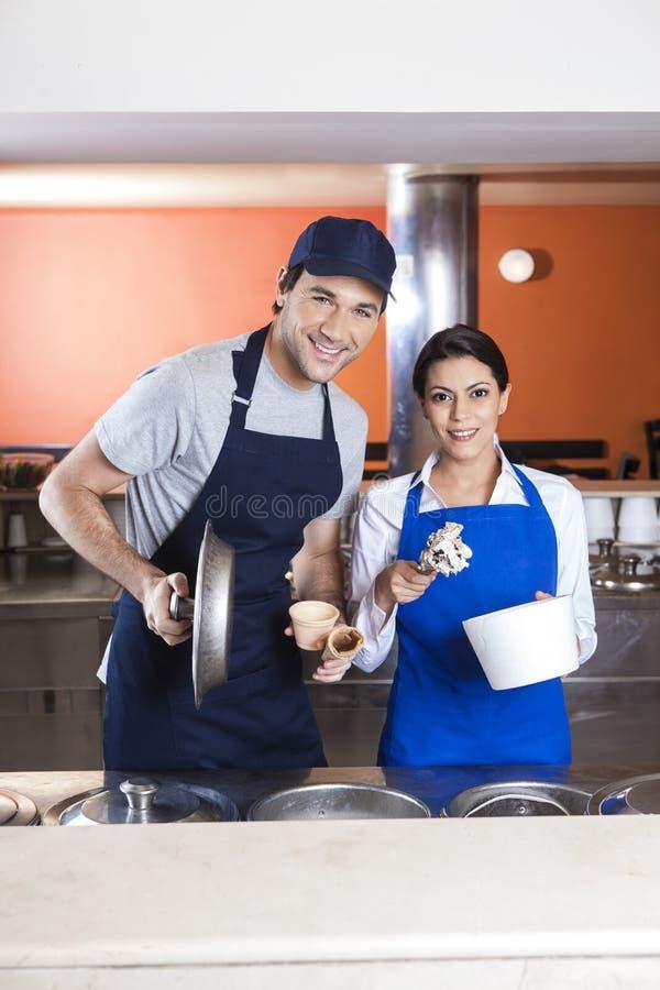 Gelado do caramelo de And Waitress With do garçom foto de stock royalty free