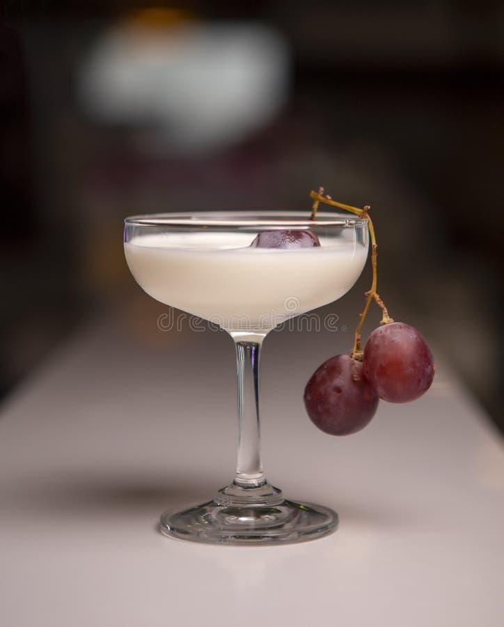 Gelado do milk shake com uvas fotografia de stock royalty free