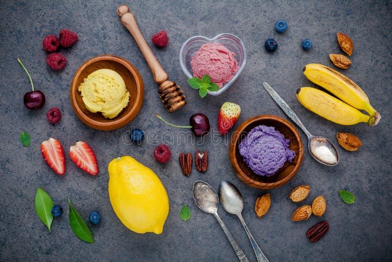 Gelado liso da configuração com vários frutos framboesa, mirtilo, estreptococo imagem de stock royalty free