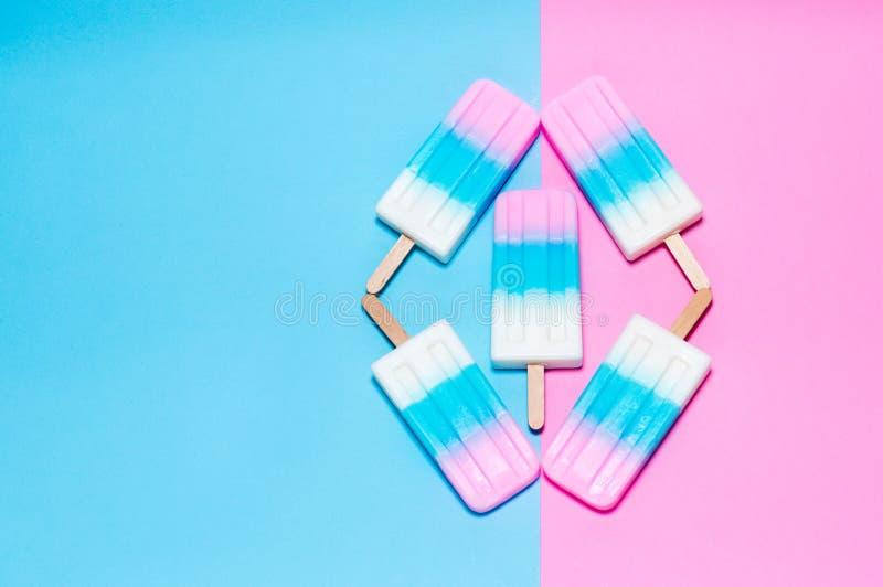 Gelado no fundo cor-de-rosa e azul imagem de stock