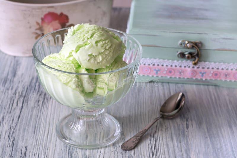 Gelado verde em um vaso de vidro Gelado do pistache imagem de stock