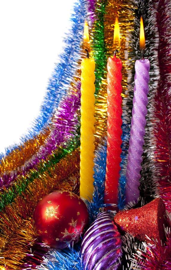 Gelandete Weihnachtskerzen und Weihnachtsdekorationen stockfotografie
