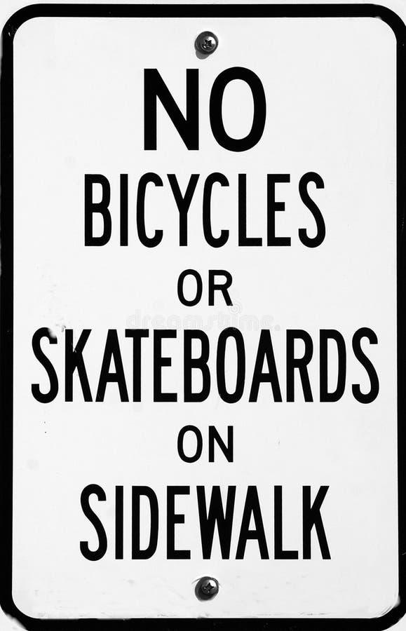 Gelassen nicht auf Bürgersteig-Zeichen stockfoto