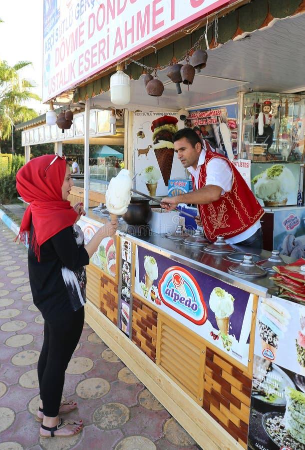 Gelataio che scherza con il turista arabo fotografia stock