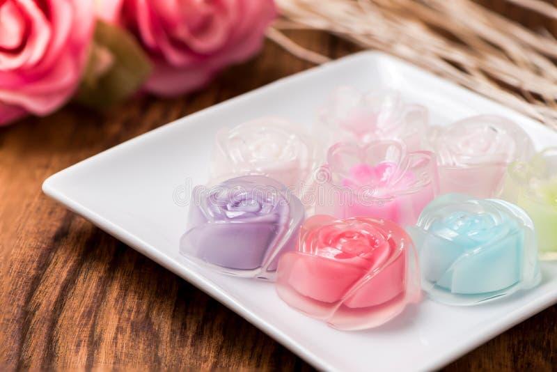 Gelatina di Rosa in piatto sulla tavola di legno immagini stock libere da diritti